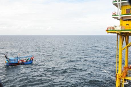Tàu ngư dân neo đậu gần nhà giàn DK1/15.