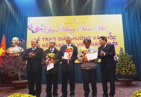 Nhà thơ Hữu Thỉnh trao Giải thưởng Văn học Hội Nhà văn Việt Nam 2013 cho các tác giả, tác phẩm xuất sắc.