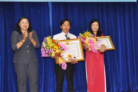 Bà Trần Kim Mai, Phó chủ tịch UBND tỉnh tặng Bằng khen của Chính phủ cho cá nhân Báo Ấp Bắc nhân Kỷ niệm 50 năm báo Đảng bộ tỉnh Tiền Giang mang tên Ấp Bắc. Ảnh: Vân Anh