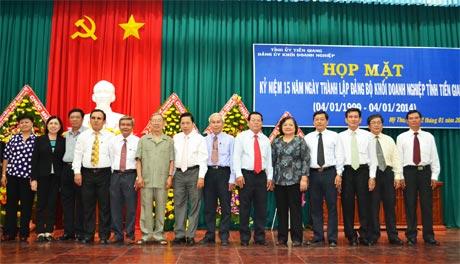 Lãnh đạo tỉnh chụp ảnh lưu niệm với Đảng bộ Khối Doanh nghiệp. Ảnh: Thái Thiện