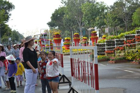 Tham quan đường hoa Hùng Vương