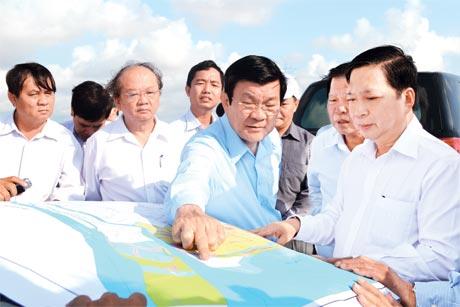 Bí thư Tỉnh ủy Trần Thế Ngọc cùng với Chủ tịch nước Trương Tấn Sang khảo sát đê biển Gò Công. Ảnh: Nguyên Chương