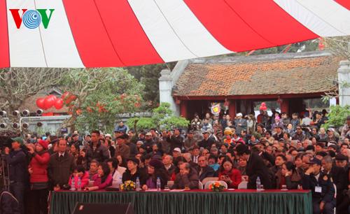 Rất đông người đổ về 2 sân thơ tại Văn Miếu vào sáng 14-2 .