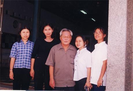 Nhà văn Nguyễn Quang Sáng và các cây bút trẻ - Trại sáng tác văn học Trẻ năm 2000.