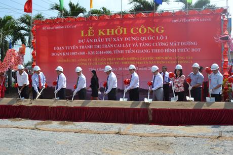 Lãnh đạo Bộ Giao thông - Vận tải, Bộ Xây dựng, lãnh đạo tỉnh Tiền Giang, TP. Cần Thơ và các đơn vị liên quan thực hiện nghi thức động thổ công trình.