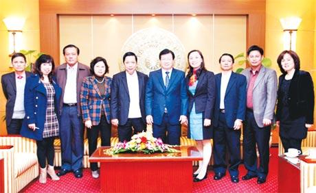 Bí thư Tỉnh ủy Trần Thế Ngọc trong buổi làm việc với Bộ trưởng  Bộ Xây dựng Trịnh Đình Dũng và các cán bộ.