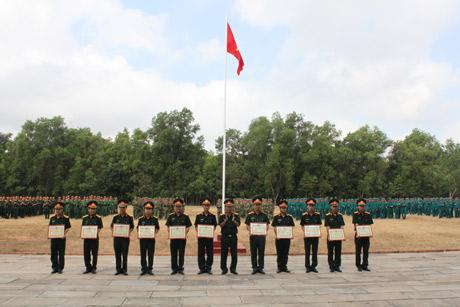 Đồng chí Đại tá Trần Văn Lan - Chỉ huy trưởng Bộ CHQS tỉnh tặng Giấy khen cho các cơ quan, đơn vị.