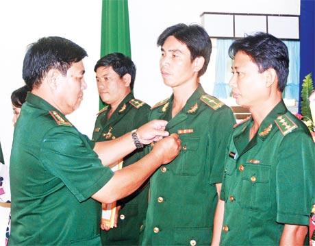 Đại tá  Phan  Hồng Châu  trao tặng  Kỷ niệm chương  cho cán bộ BĐBP.
