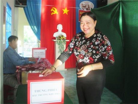 Bà Trần Kim Mai, Phó Chủ tịch Thường trực UBND tỉnh, đại diện cử tri khu phố Mỹ Thạnh Hưng (phường 6) bỏ lá phiếu đầu tiên. Ảnh: Đ.V.H