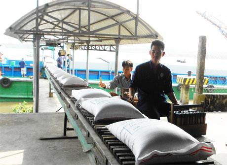 Vận chuyển gạo xuất khẩu xuống sà lan. Ảnh: Vân Anh