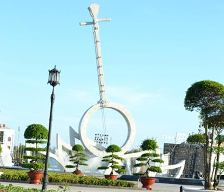 Cây đờn cách điệu lớn nhất, biểu tượng văn hóa của Bạc Liêu. Ảnh: T.Thảo