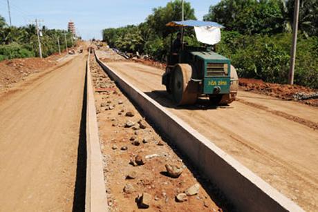Đường giao thông trên đảo Phú Quý không ngừng được nâng cấp, xây dựng.