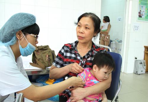 Tiêm văcxin sởi đủ liều, đúng độ tuổi là cách tốt nhất phòng bệnh sởi. Ảnh: Phan Dương.