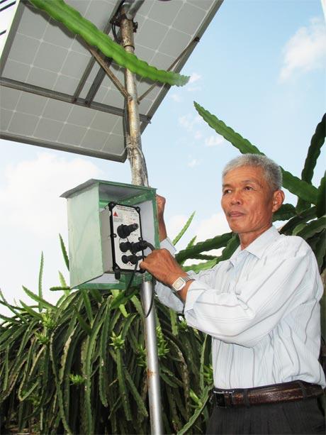 Ông Võ Ngọc Diệp và hệ thống tưới nhỏ giọt sử dụng năng lượng mặt trời.