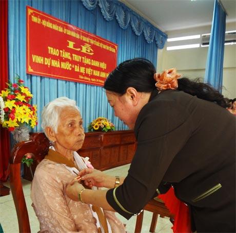 Bà Trần Kim Mai, Phó Chủ tịch thường trực UBND tỉnh gắn Huy hiệu Bà mẹ Việt Nam anh hùng cho các mẹ.