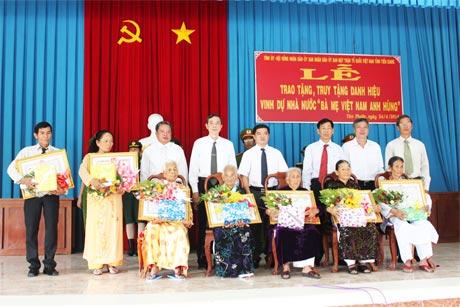Ông Dương Minh Điều, Trưởng Ban Nội chính Tỉnh ủy và lãnh đạo các sở, ban, ngành tỉnh, huyện trao Bằng công nhận danh hiệu Bà mẹ Việt Nam anh hùng cho các mẹ.