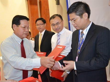 Ông Nguyễn Văn Khang, Chủ tịch UBND tỉnh trao giấy chứng nhận đầu tư cho các nhà đầu tư.