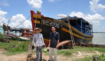 Thuyền trưởng Nguyễn Văn Tuấn và vợ cùng chiếc tàu 350CV vừa trở về sau chuyến đánh bắt ở thềm lục địa và quần đảo Trường Sa
