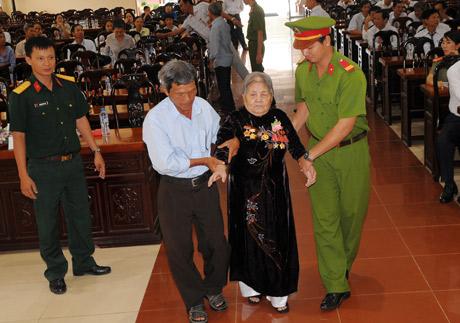 Bộ phận phục vụ  dìu mẹ  Ngô Thị Sáu (thị trấn  Tân Hiệp)  lên nhận danh hiệu Vinh dự  Nhà nước  Mẹ VNAH.