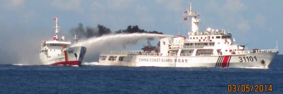 Tàu Hải cảnh của Trung Quốc tiếp cận, rú còi, chiếu đèn pha và phun nước áp lực cao làm hư hại tàu Kiểm ngư Việt Nam (Ảnh : Báo an ninh thủ đô)