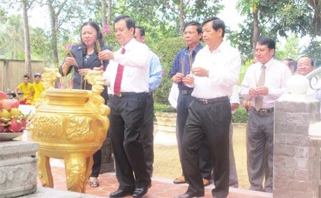 Lãnh đạo tỉnh thắp hương, viếng mộ Thủ khoa Nguyễn Hữu Huân.