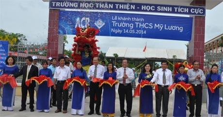 Đại biểu cắt băng khánh thành công trình Trường THCS Mỹ Lương.