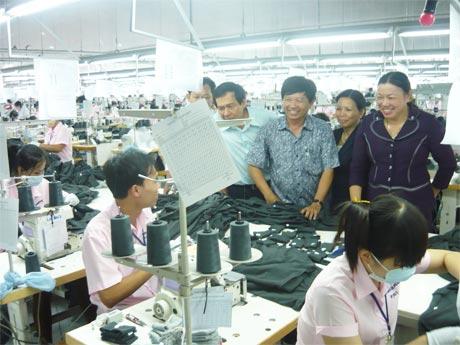 Bà Trần Kim Mai, Phó Chủ tịch Thường trực UBND tỉnh cùng đoàn công tác của tỉnh đến thăm hỏi, động viên công nhân Công ty TNHH Hansae Việt Nam yên tâm làm việc vào chiều 16-5.