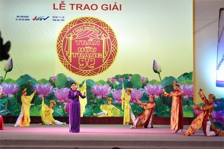 Tiết mục Dạ cổ hoài lang trong đêm trao Giải Trần Hữu Trang ở tỉnh Bạc Liêu.