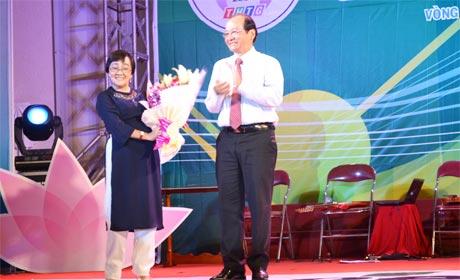 Ông Trần Thanh Đức, Phó Chủ tịch UBND tỉnh tặng hoa cho Đạo diễn Hồng Dung (ái nữ của Nghệ sĩ Nhân dân Nguyễn Thành Châu).