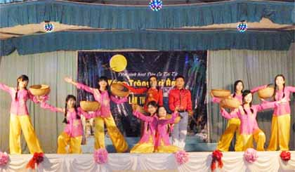 """Chương trình Đờn ca tài tử """"Vầng trăng tri âm"""" tham dự Hội thi """"Tổ chức hoạt động nhà văn hóa tỉnh Tiền Giang"""" năm 2012 và nhận Giải Xuất sắc."""