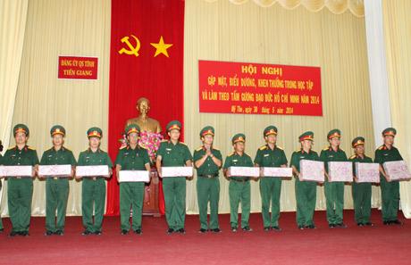Đại tá Đoàn Thanh Xuân-Chính ủy Bộ CHQS tỉnh trao thưởng cho các đơn vị.