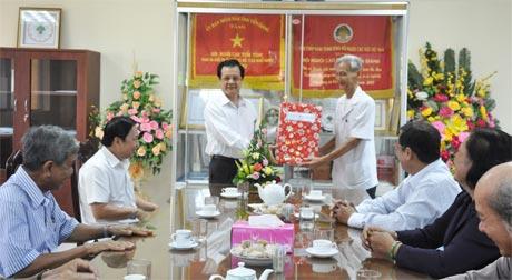 Ông Lê Hồng Quang, Phó Bí thư Tỉnh ủy tặng quà cho đại diện lãnh đạo Hội NCT tỉnh.