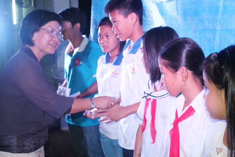 Cô Trần Thị Quý Mão, Phó Giám đốc Sở GD&ĐT trao học bổng học sinh Côn Đảo.