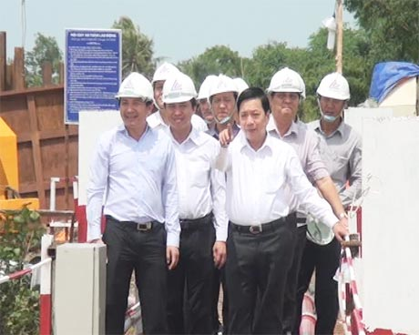 Bí thư Tỉnh ủy Trần Thế Ngọc (bên phải) thăm công trình xây dựng cầu Mỹ Lợi.
