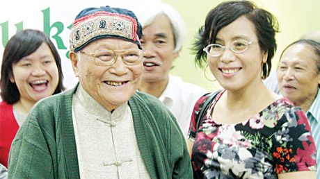 Nhà văn Tô Hoài lúc 93 tuổi, vẫn chống gậy đi dự lễ kỷ niệm Dế mèn phiêu lưu ký 70 tuổi (ngày 20-11-2012) với nụ cười trên môi.