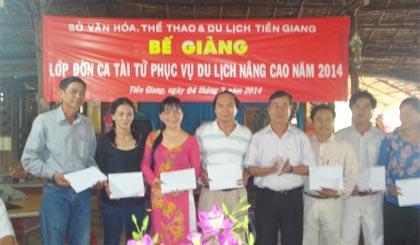 Ông Nguyễn Tấn Phong, Phó Giám đốc Sở VH-TT&DL trao Giấy chứng nhận cho học viên.