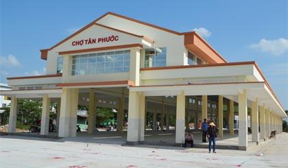 Chợ Tân Phước vừa được xây mới đạt tiêu chuẩn chợ hạng 2 (chợ đô thị trung tâm huyện) và sẽ được đưa vào hoạt động đầu tháng 8-2014.