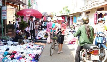 Các hộ tiểu thương kinh doanh ở chợ Tân Phước.