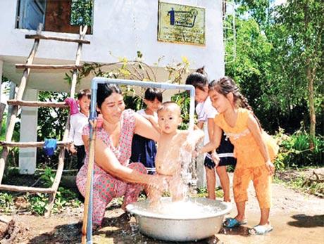 Người dân xã Thạnh Tân vui mừng khi có nước sạch.