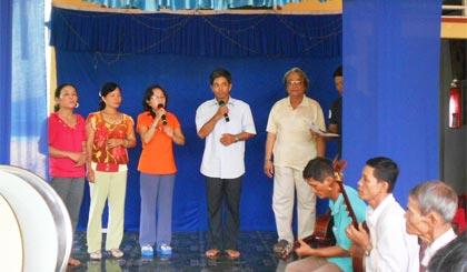 Các thành viên CLB Đờn ca tài tử xã Bình Phú trong 1 buổi sinh hoạt.