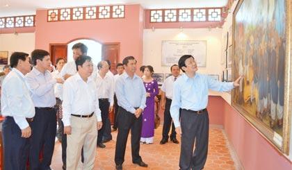 Chủ tịch nước Trương Tấn Sang và  lãnh đạo tỉnh viếng Đền thờ AHDT Trương Định. Ảnh: NC