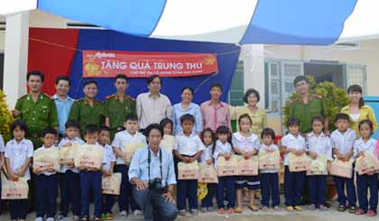 ApBac Newspaper gives mid-autumn presents to poor children