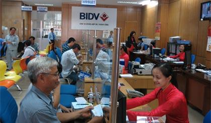 Khách hàng giao dịch tại Ngân hàng Thương mại cổ phần Đầu tư và Phát triển Tiền Giang.