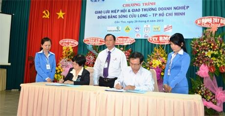Anh Phạm Quang Bình, Chủ tịch HĐQT kiêm Tổng Giám đốc Công ty Cổ phần Dược phẩm Tipharco (người ngồi bên phải) ký kết hợp tác giữa các doanh nghiệp ĐBSCL - TP Hồ Chí Minh.