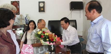 Thăm thầy Phạm Văn Huyện, nguyên là giáo viên trường THPT Trương Định, TX. Gò Công.