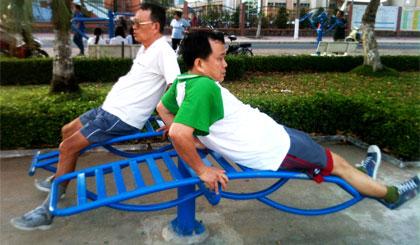 Người dân luyện tập bằng dụng cụ thể thao ngoài trời tại Công viên Tết Mậu Thân.