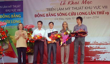 Họa sĩ Lê Hồng Thái (Tiền Giang) và họa sĩ Lê Duy (Báo Ấp Bắc) - bên phải nhận giải thưởng do Hội Mỹ thuật Việt Nam trao tặng tại Triển lãm Mỹ thuật ĐBSCL năm 2014.