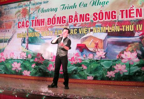 Ca sĩ Huy Thế (Tiền Giang) tham gia biểu diễn tại Chương trình Ca nhạc các tỉnh đồng bằng sông Tiền.