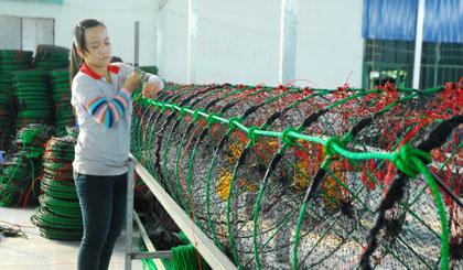Sản xuất lưới dùng để nuôi hải sản dưới biển. Ảnh: NGUYỄN SỰ