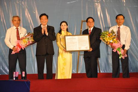 Ông Nguyễn Duy Thăng, Thứ trưởng Bộ Nội vụ trao Nghị quyết 130/NQ-CP của Chính phủ cho lãnh đạo thị xã Cai Lậy và huyện Cai Lậy.